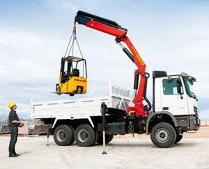 При любых строительных работах  используют различную специальную технику, помогающую разрешить множество задач — это и перевозка строительных грузов, и поднятие их на высоту, и прокладка коммуникационных линий.    И главным техническим средством является кран-манипулятор Москва, который может справиться со строительными работами на небольшой строительной площадке. Его используют в разных строительных целях, начиная от подвозки строительных материалов на стройплощадку до поднятия их на приличную высоту, при прокладке канализационных, газовых труб, перевозке строительного оборудования, трансформатора и много другого, где другая спецтехника просто не может справиться со своими задачами.   Используя кран-манипулятор Москва,  для строительства загородных коттеджей, можно избежать боя  при поднятии кирпича, пеноблоков  на высоту или во время разгрузки. Кроме того,  такая спецтехника может сэкономить значительные средства, не придется по отдельности использовать грузовую машину и подъемный кран. В наши дни многие пользуются краном-манипулятором при перевозке небольших катеров или морских судов.   Где используют кран-манипулятор Москва?   - Для проведения  погрузки и разгрузки груза  контейнеров, на поддонах, отдельных партий лесоматериала, кирпича, пеноблоков; - На малых строительных объектах, где крупногабаритной технике просто мало места; - При прокладке трубопроводов для газификации, водоснабжения и канализации.  Такая спецтехника как кран-манипулятор Москва, очень маневренный, и обладает точностью  при выполнении различных строительных работ. Совмещенная автомашина с краном-манипулятором значительно экономит денежные средства и затраченное время на работы. Используя кран-манипулятор, ваша строительная компания может значительно сократить использование других технических средств для выполнения погрузки или разгрузки,  быстрее доставить необходимый груз, и позволит вам не задействовать стреловые, башенные краны.   Можно ли представить себе грузоперевозку без использовани